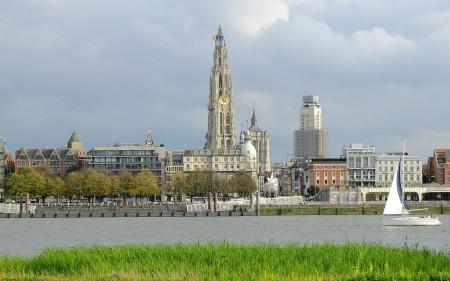 OlV_toren_en_Boerentoren_Antwerpen_vanaf_Linkeroever
