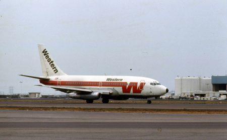Western_Airlines_Boeing_737_N4528W_01